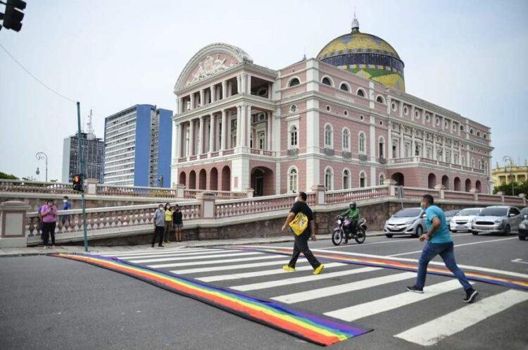 Virada Sustentável instala faixa do arco-íris em Manaus